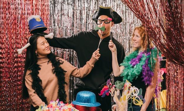 Juguetones amigos disfrazados en la fiesta de carnaval