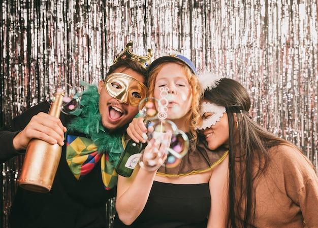 Juguetones amigos divirtiéndose en la fiesta de carnaval