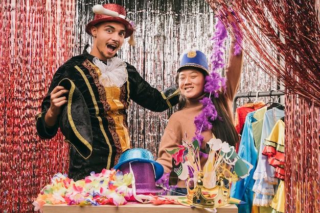 Juguetones jóvenes amigos disfrazados para la fiesta de carnaval