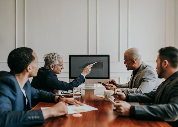 Junta directiva discutiendo el crecimiento empresarial en informática