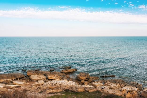Junto al mar, rocas en la orilla
