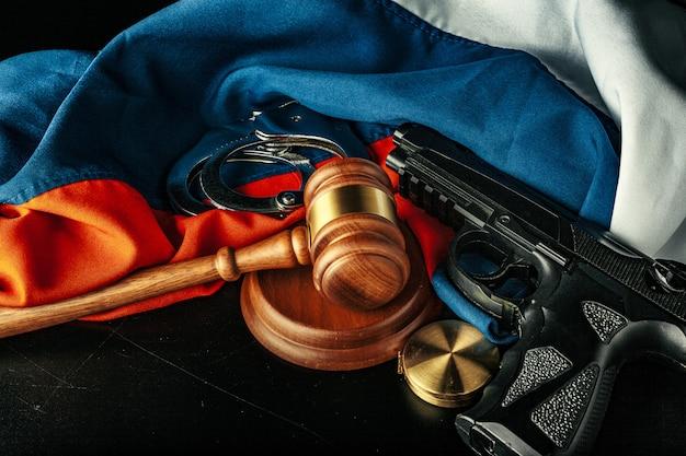 Justicia rusa. mazo de madera y bandera rusa