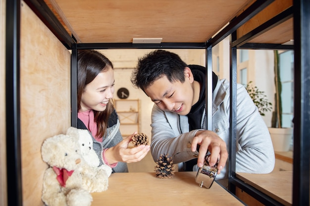 Juventud. nuevos propietarios, pareja joven que se muda a una nueva casa, apartamento, se ven felices.