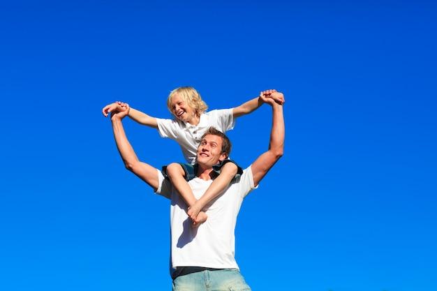 Juventud sentada en los hombros de su padre