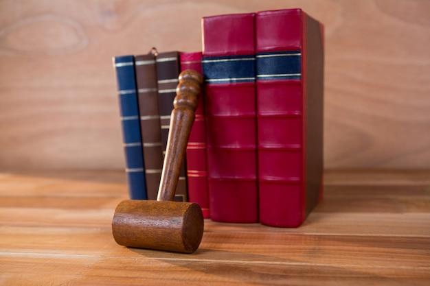 Juzga el mazo con los libros