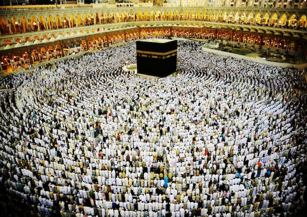 Kaaba en la meca, personas musulmanas orando juntas en el lugar sagrado