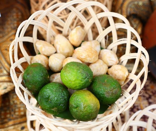 Kaffir lime en cesta de bambú