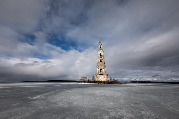 Kalyazin ahogado campanario paisaje de invierno lago congelado