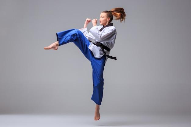 Karate girl con cinturón negro