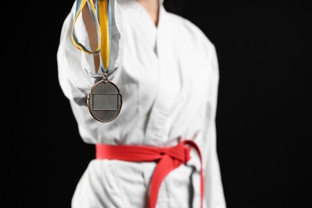Karateca con cinturón rojo y medalla