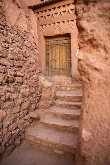Kasbah ait ben haddou en marruecos con fortres y casas tradicionales de arcilla