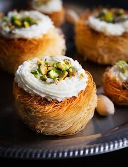 Kataifi, kadayif, kunafa, pastelería baklava anidan galletas con pistachos y té.