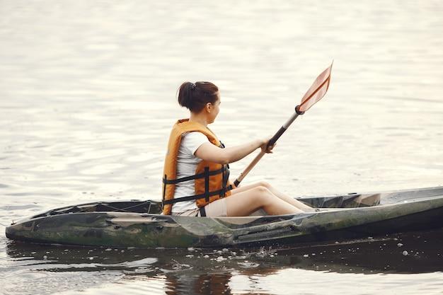 Kayak. una mujer en kayak. chica remando en el agua.