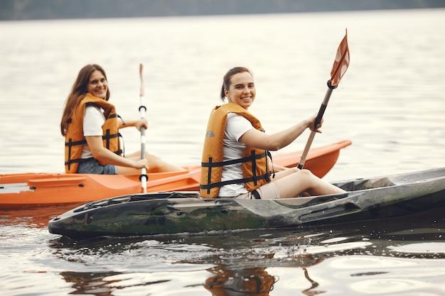 Kayak. una mujer en kayak. chicas remando en el agua.