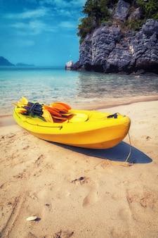 Kayak en el parque marino nacional de ang thong, tailandia