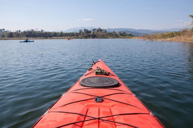 Kayak recorriendo la presa en tailandia.