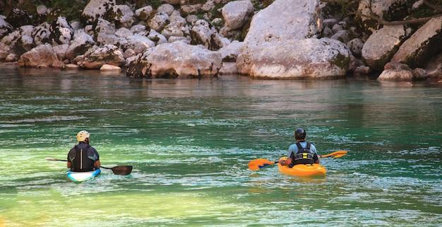 Kayak en el río soca, eslovenia