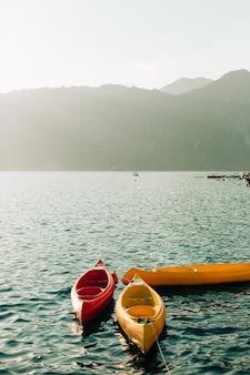 Kayaks amarrados en el agua kayaks vacíos