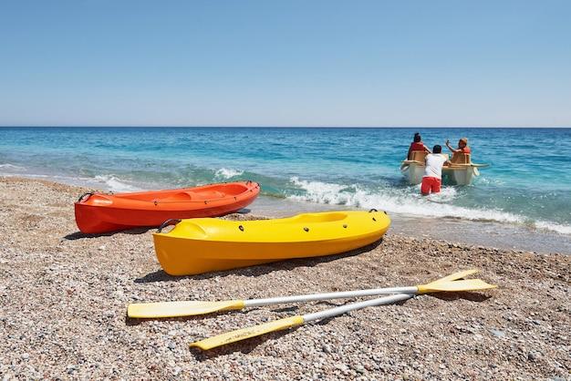 Kayaks de colores en la playa. precioso paisaje.