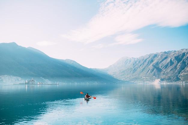 Kayaks en el lago turistas en kayak en la bahía de kotor cerca