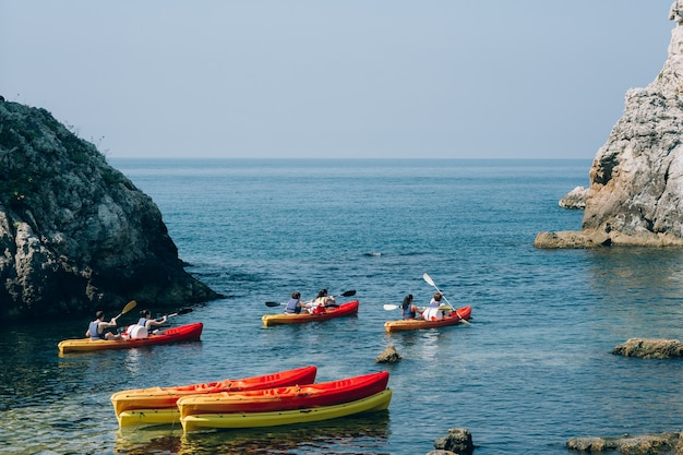 Kayaks en el mar kayak turístico en el mar cerca de dubrovnik