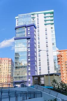 Kazán, rusia - 9 de mayo de 2019: edificio curvo de varios pisos con muchos balcones acristalados. diseño creativo de complejos residenciales modernos. día soleado.