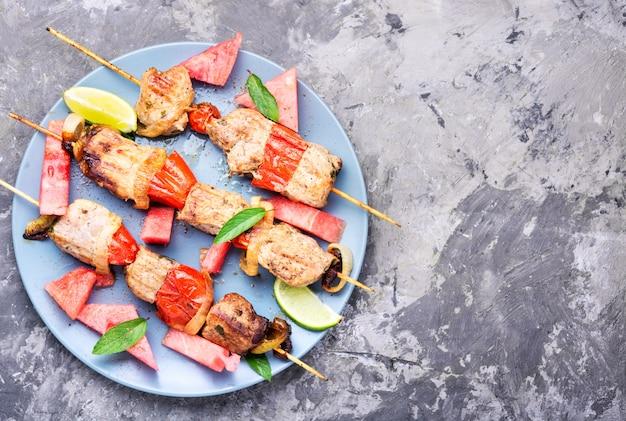 Kebab, carne a la brasa con sandía.