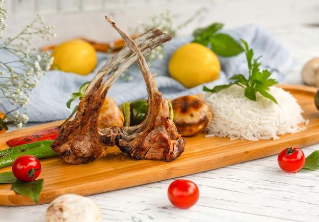 Kebab de costillas con arroz y verduras