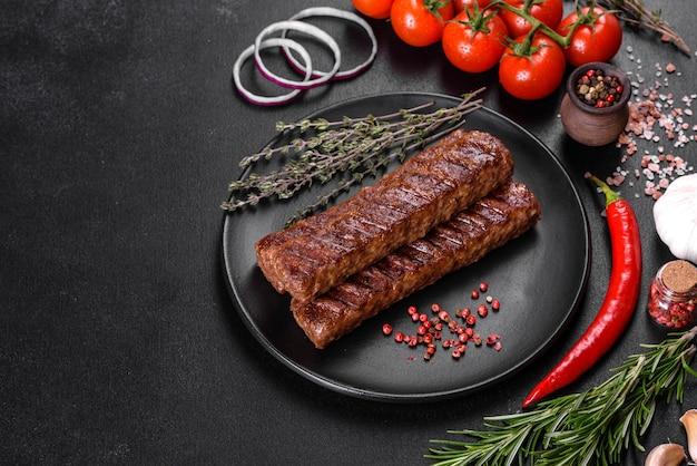 Kebab fresco sabroso a la parrilla con especias y hierbas.