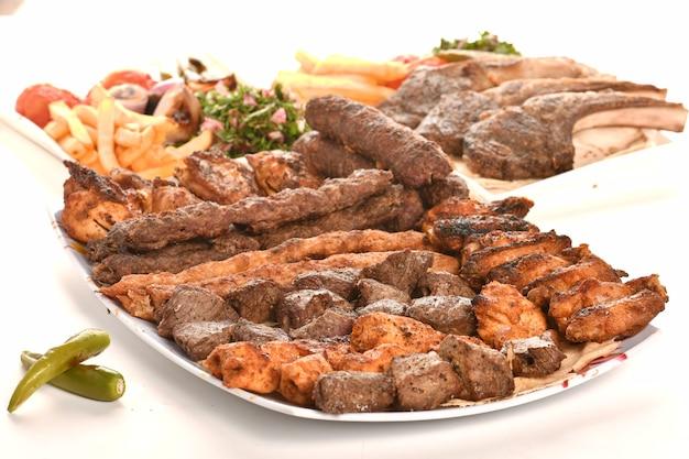 Kebab griego tradicional turco carne y pollos comida aislado sobre fondo blanco.
