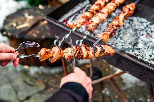Kebab a la parrilla cocinar en brocheta de metal. carne asada cocinada en barbacoa