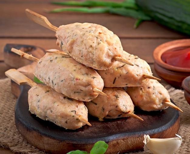 Kebab de pollo picado con eneldo y perejil