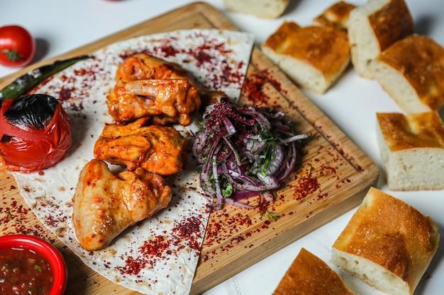 Kebab de pollo, tomate, pimienta, salsa sumakh