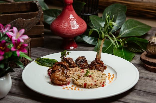 Kebab de ternera con guarnición de arroz y semillas de granada