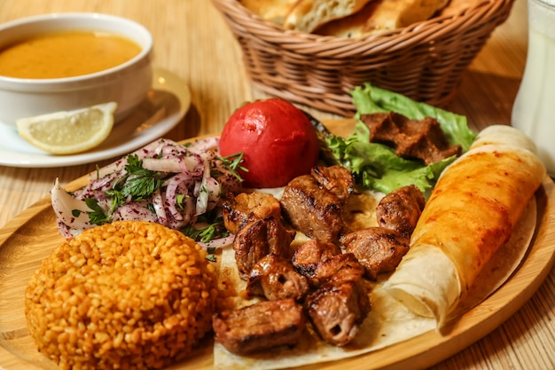 Kebab de ternera lavash cebollas verdes bulgur