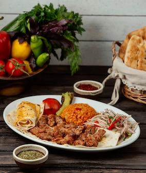 Kebab de tike fresco sobre la mesa