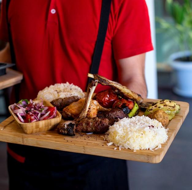 Kebab tradicional azerí con arroz y verduras