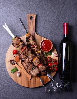 Kebab con vino, especias y verduras.