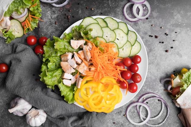 Kebab de vista superior en plato con carne y verduras