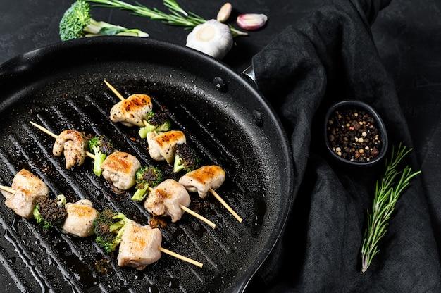 Kebabs: brochetas de carne a la parrilla, shish kebab con verduras.