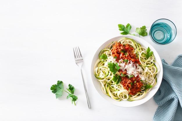 Keto paleo zoodles boloñesa: fideos de calabacín con salsa de carne y parmesano