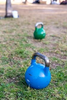 Kettlebell en el césped para ejercicios de fuerza al aire libre.