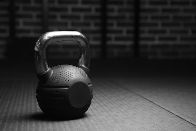 Kettlebell pesas en un gimnasio de entrenamiento en blanco y negro