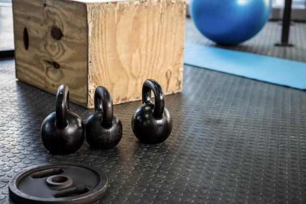 Kettlebells y bloques de madera en el gimnasio de crossfit.