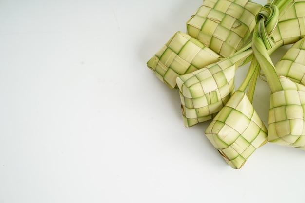 Ketupat sobre blanco