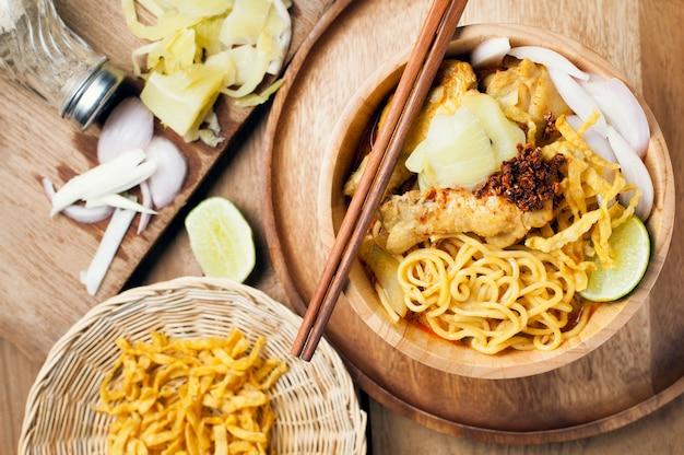 Khao soi kai, fideos de huevo de estilo norteño en pollo al curry con ingredientes. comida tailandesa