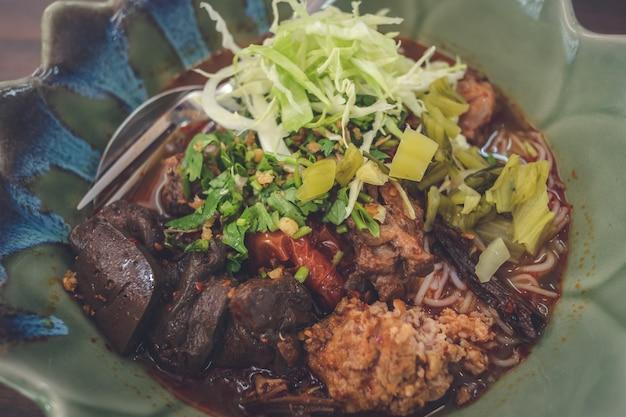 Khao soi, sopa de fideos con curry del norte de tailandia con pollo, comida tradicional tailandesa