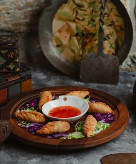 Khinkali georgiano con salsa de chile picante.