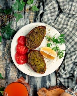 Kibbeh relleno de albóndigas ichli kofte turco con bulgur, carne picada, cebolla