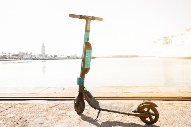 Kick scooter estacionado cerca del muelle